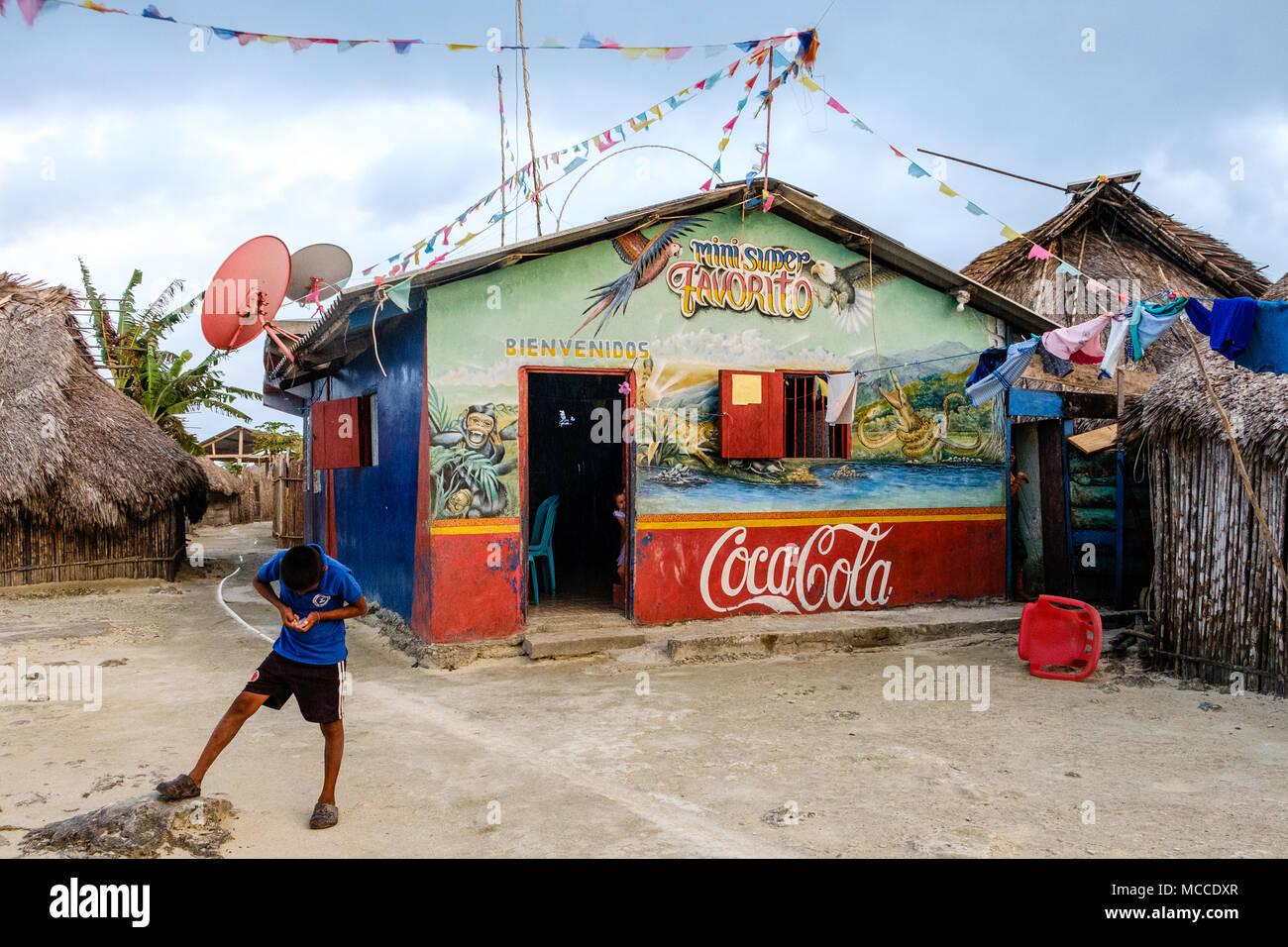 Guna Yala, Panama - marzo 2018: ragazzo davanti al supermercato (mini super) nelle zone rurali la Kuna Village, isole San Blas Immagini Stock