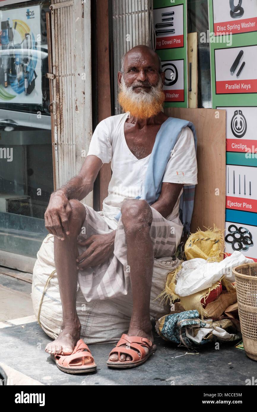Uomo vecchio con un henné tinti in barba al di fuori di un negozio sulla strada Nagdevi vicino mercato Crawford in Mumbai Foto Stock