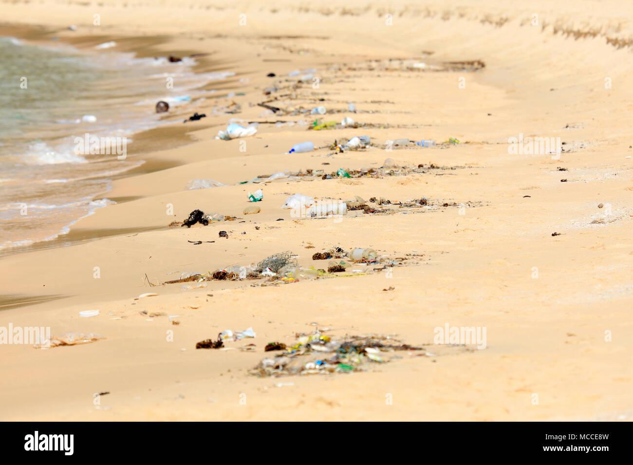 Inquinamento di materia plastica su una spiaggia turistica in Cambogia Immagini Stock