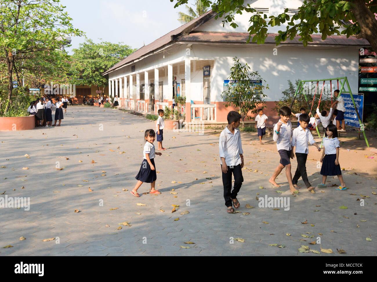 Asia scuola bambini cambogiani - i bambini della scuola elementare nella scuola parco giochi, Siem Reap, Cambogia, Asia Immagini Stock