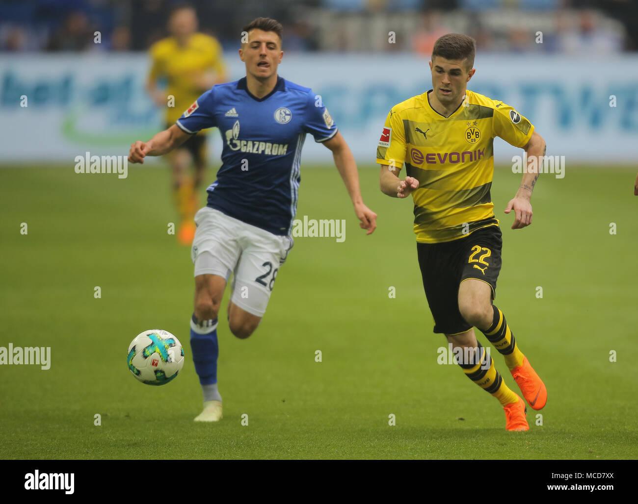 Gelsenkirchen, Germania 15 aprile 2018, Bundesliga giornata 30, FC Schalke 04 vs BV Borussia Dortmund: Alessandro Andre Schoepf (Schalke) e Christian Pulisic (Dortmund) in concorrenza. Credito: Juergen schwarz/Alamy Live News Foto Stock