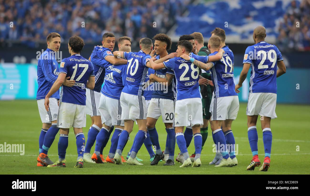 Gelsenkirchen, Germania 15 aprile 2018, Bundesliga giornata 30, FC Schalke 04 vs BV Borussia Dortmund: Schlussjubel Schalke. Credito: Juergen schwarz/Alamy Live News Foto Stock