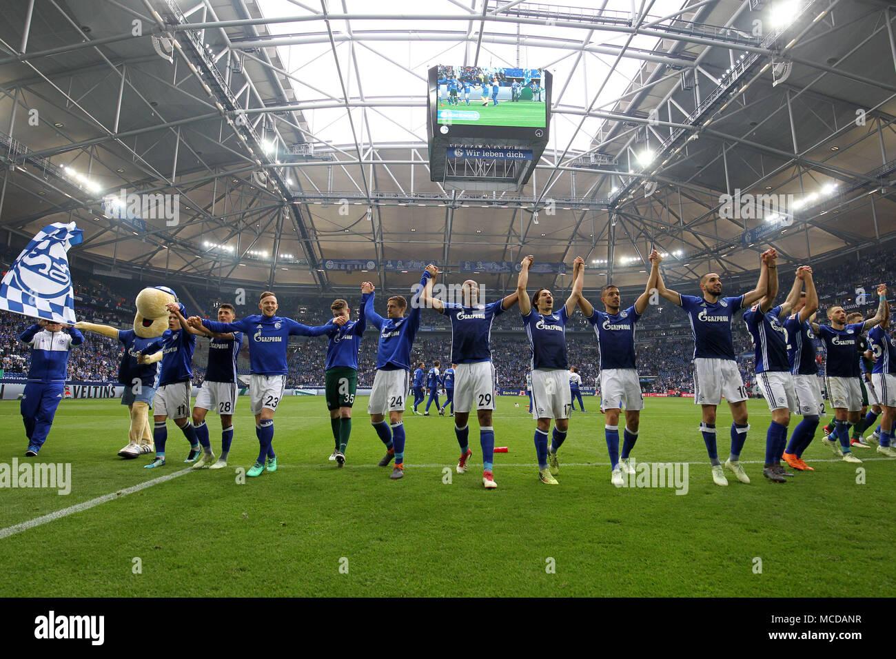 Gelsenkirchen (Germania). Xv Apr, 2018. I giocatori di FC Schalke 04 celebrare dopo aver vinto la Bundesliga match tra FC Schalke 04 e Borussia Dortmund a Gelsenkirchen, Germania, il 15 aprile 2018. Credito: Joachim Bywaletz/Xinhua/Alamy Live News Foto Stock