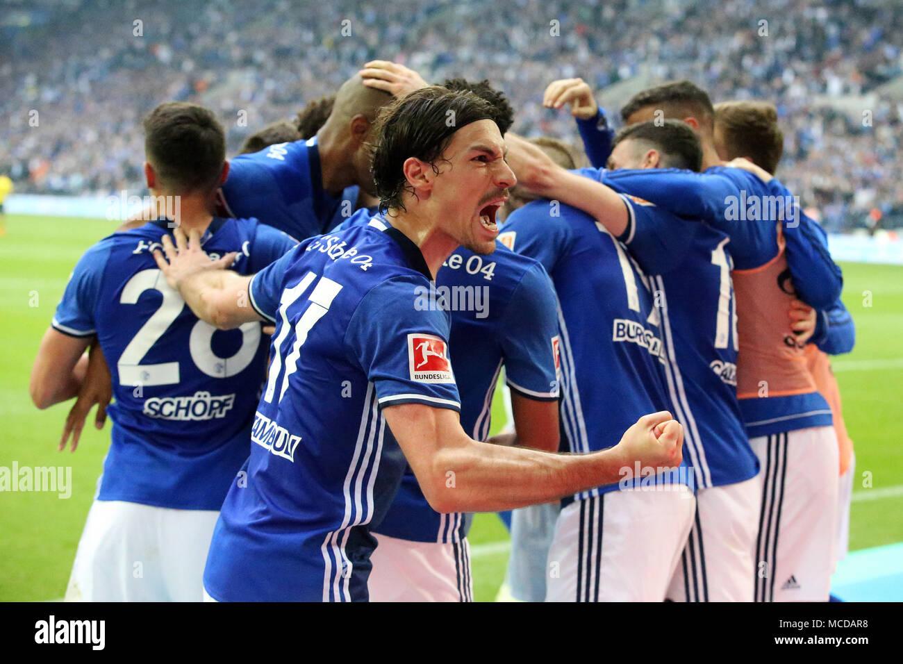 Gelsenkirchen (Germania). Xv Apr, 2018. I giocatori di FC Schalke 04 celebrare dopo rigature durante la Bundesliga match tra FC Schalke 04 e Borussia Dortmund a Gelsenkirchen, Germania, il 15 aprile 2018. Credito: Joachim Bywaletz/Xinhua/Alamy Live News Foto Stock