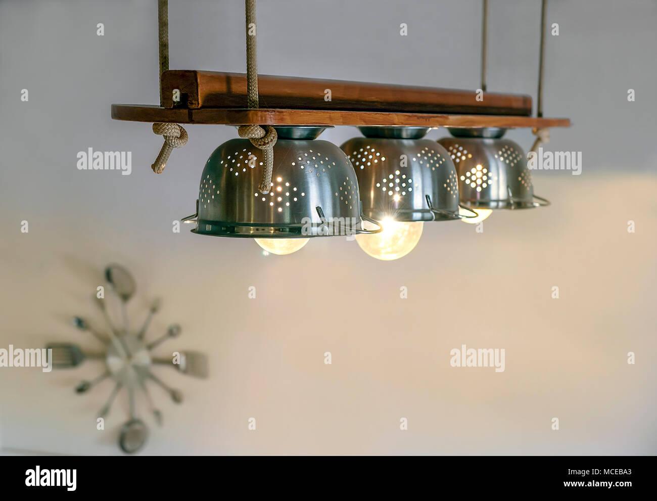 Illuminazione calda che esce dalle lampade allinterno del