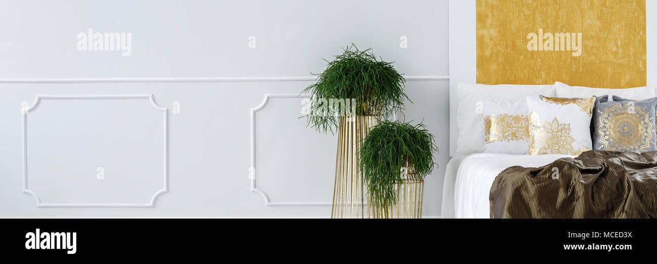 Fresco e verde, vasi di piante in piedi vicino al letto in camera da ...