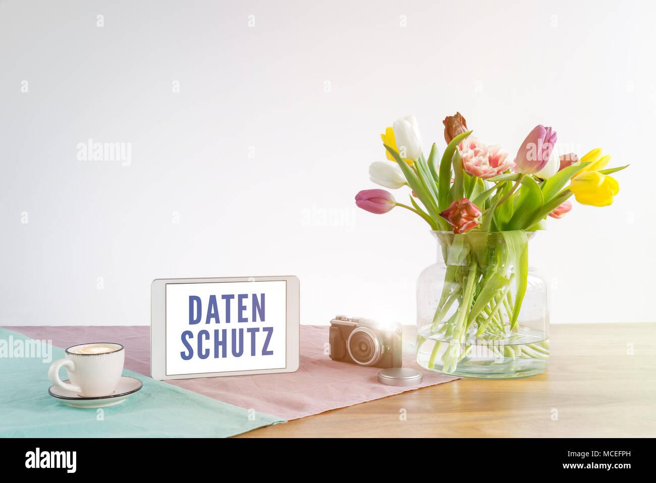 Ufficio Scrivania In Inglese : Parola tedesca datenschutz scritto su tablet schermo significato la