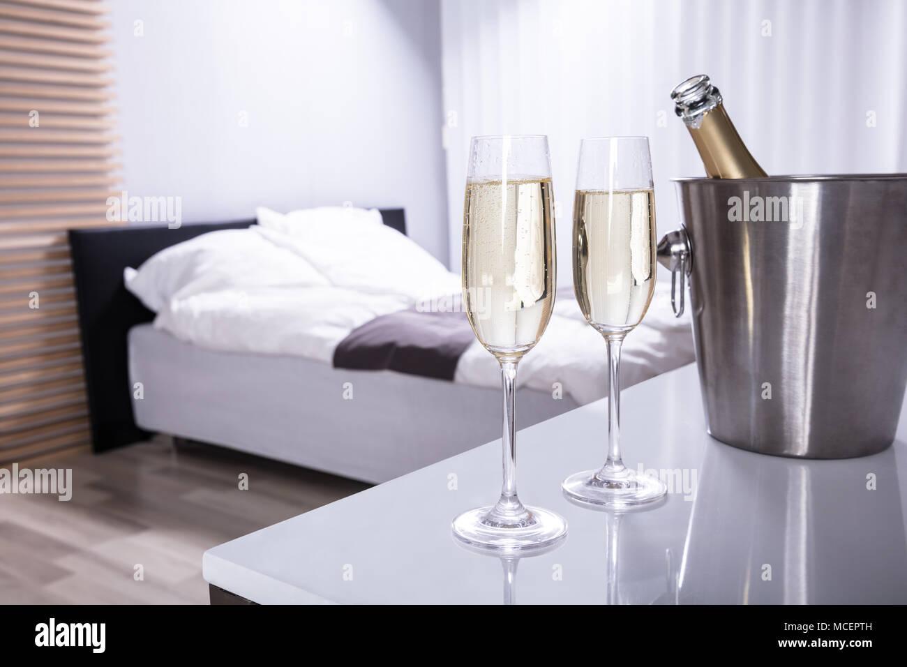 Camera Da Letto Color Champagne : Tavoli camera da letto camera da letto moderna con letto a due