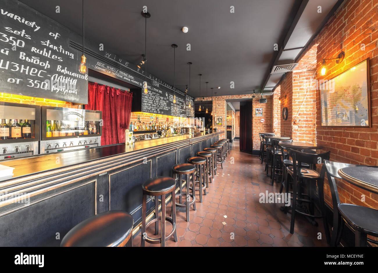 Vista del bancone con sgabelli vintage in primo piano bar club