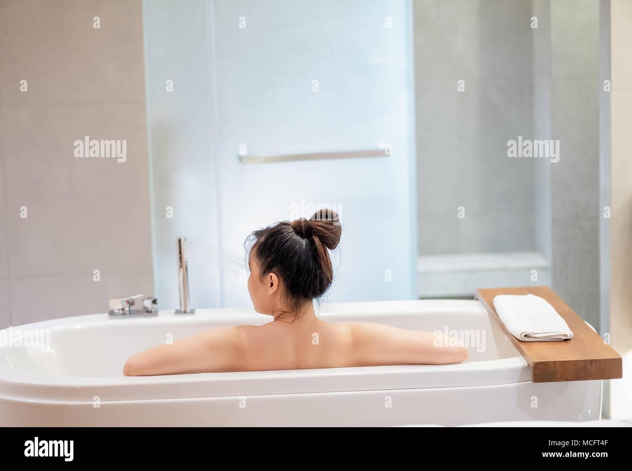 Vasche Da Bagno Nella Jacuzzi : Donna rilassante in una vasca da bagno doccia nella stanza da