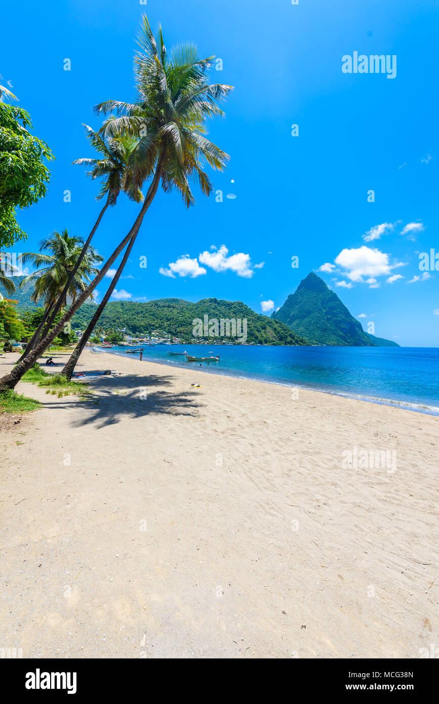 Paradise Beach a Soufriere baia con vista di Piton a piccola città Soufriere in Saint Lucia, tropicale isola dei Caraibi. Immagini Stock