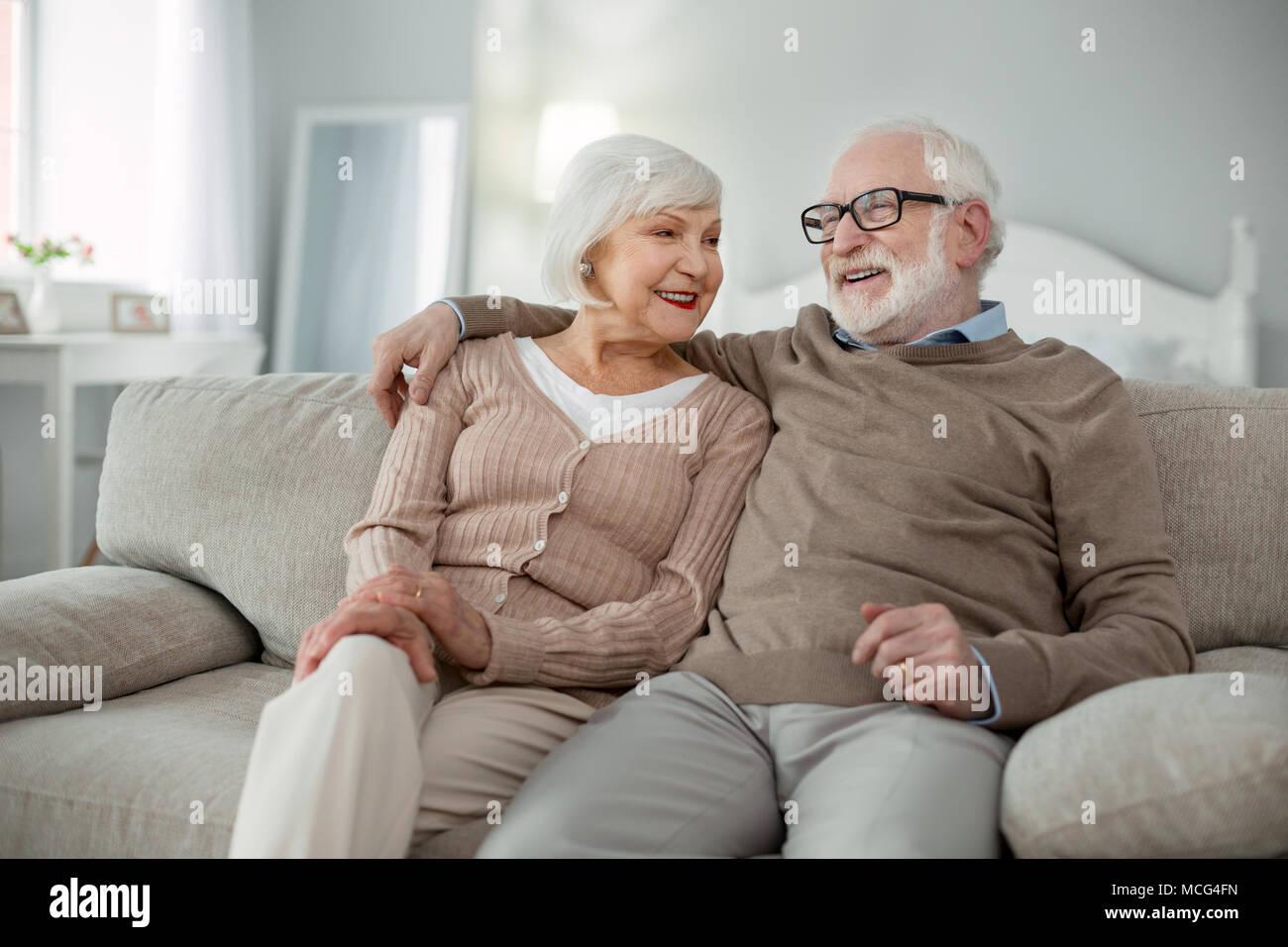 Gioioso uomo invecchiato abbracciando la moglie Immagini Stock