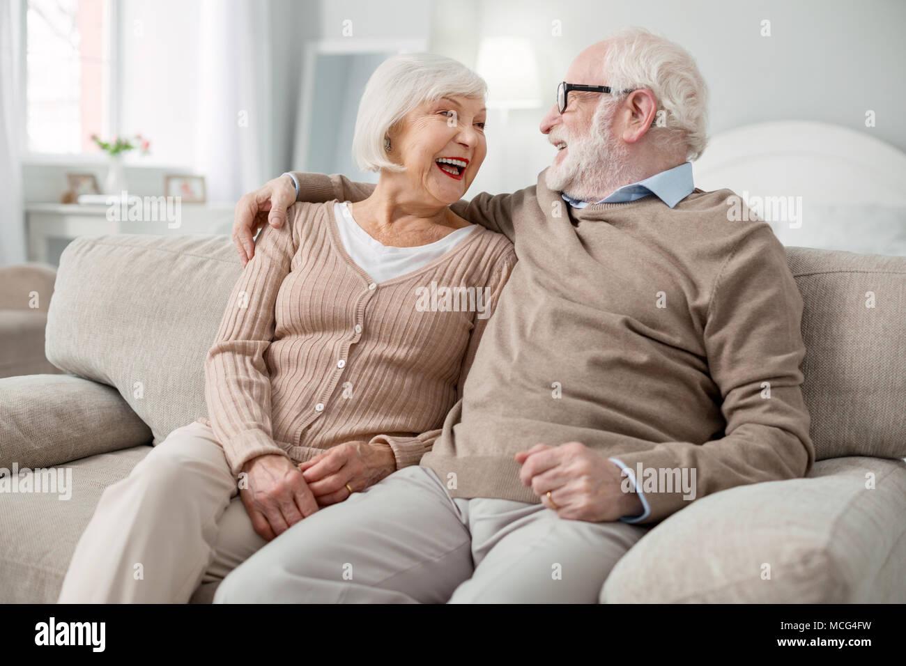 Gioiosa anziana coppia essendo in un ottimo umore Foto Stock