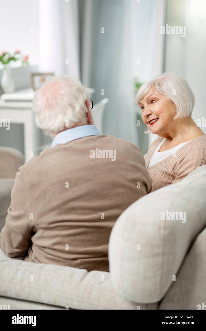 Positivo coppia senior avente una conversazione Immagini Stock