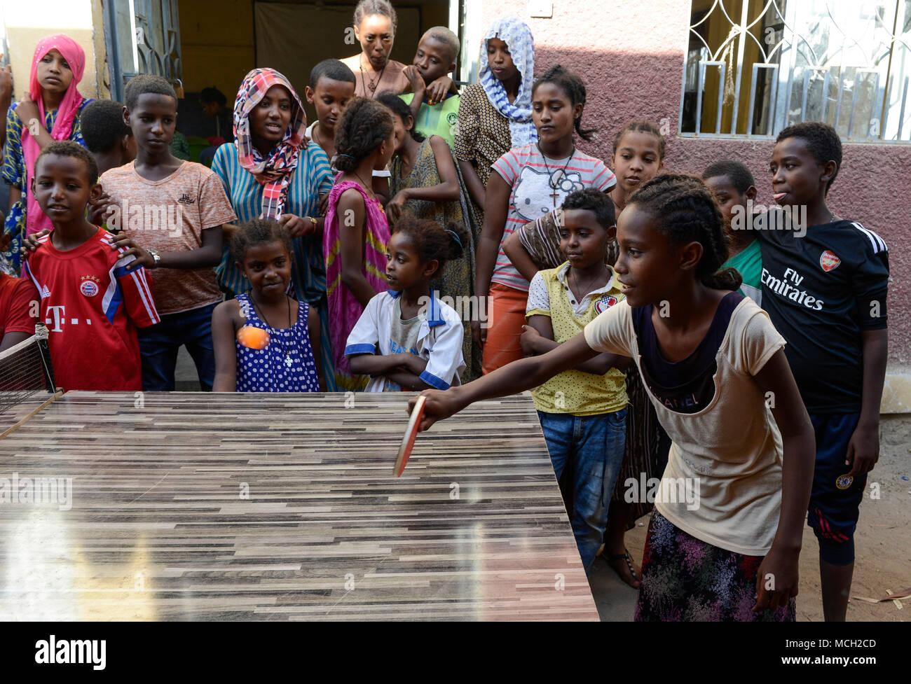 L' ETIOPIA Dire Dawa, bambini giocare a ping pong / AETHIOPIEN, Dire Dawa, Kinder spielen Tischtennis Immagini Stock