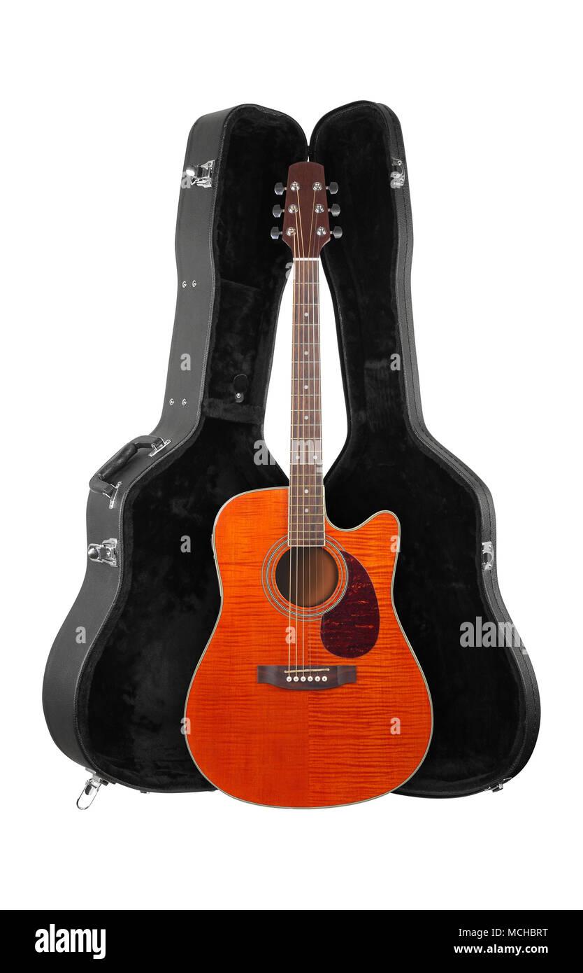 Strumento musicale - Vista frontale arancione chitarra acustica in hard case isolate su uno sfondo bianco. Foto Stock