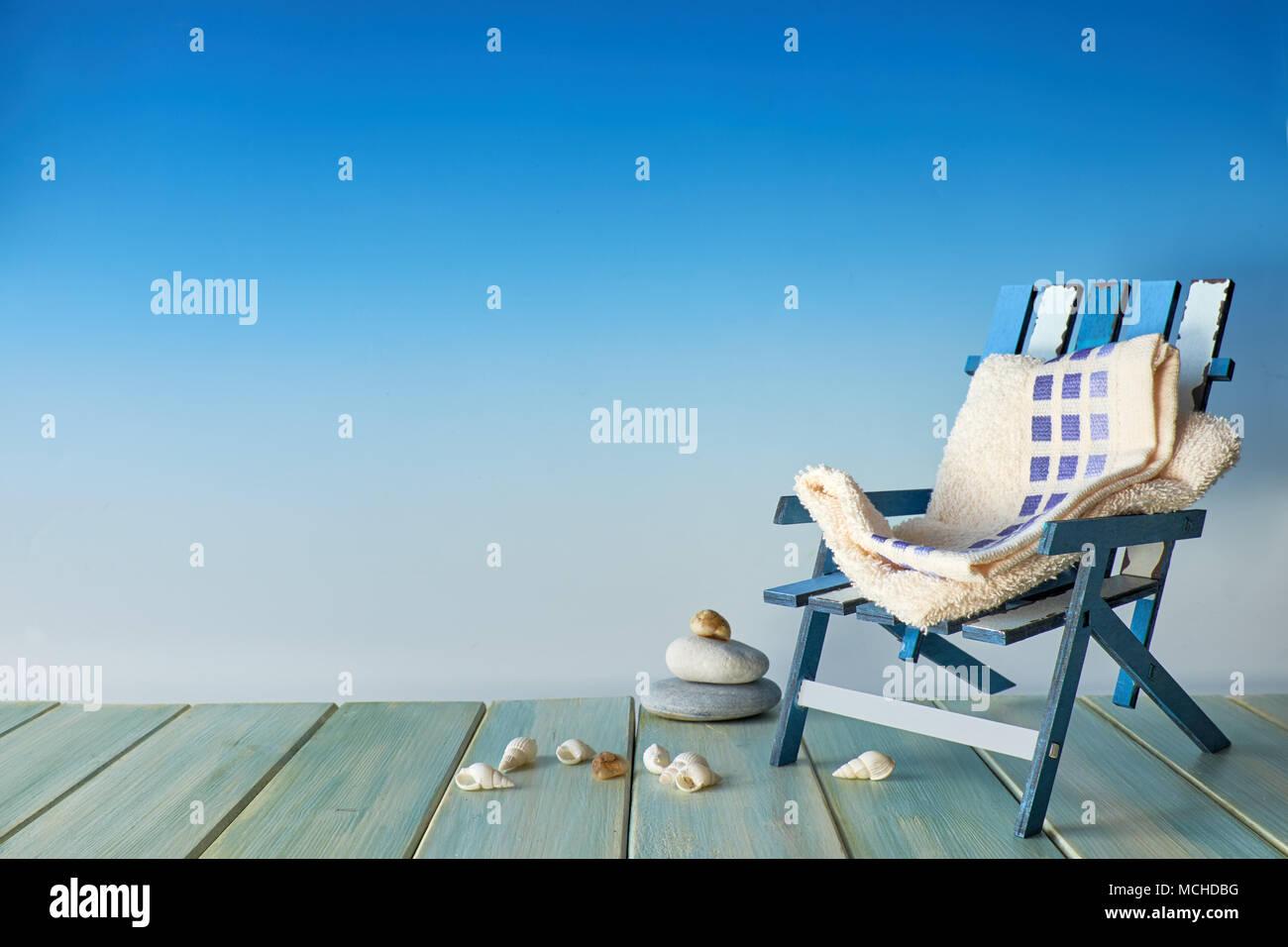 Vacanze estive con uno sfondo con lo spazio di testo. sedia spiaggia
