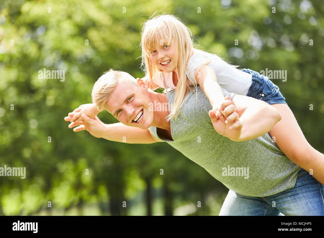 uomo che esce con sua figlia