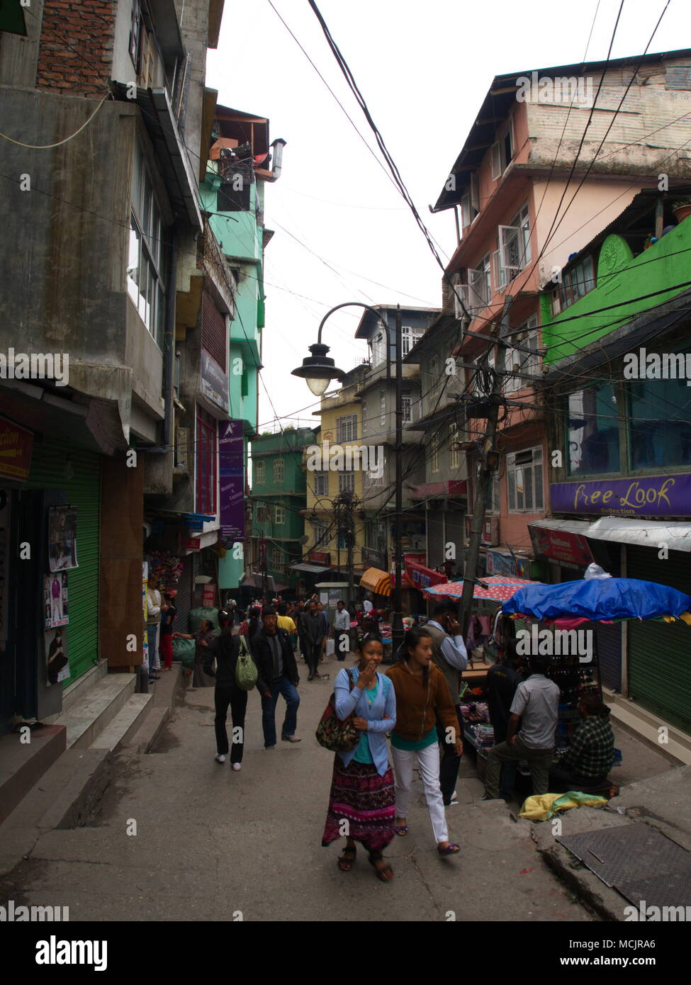 Gangtok, Sikkim, India , 17 aprile 2011 : walking street in MG Marg, il centro città di Gangtok. Gangtok è la capitale del Sikkim stato in India. Immagini Stock