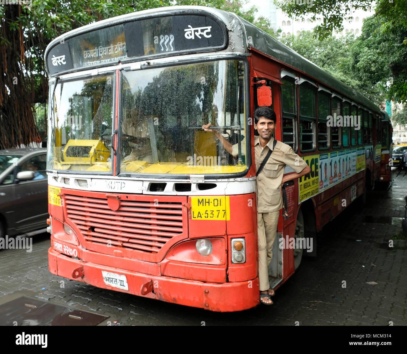 Un Brihanmumbai di fornitura di elettricità e di trasporto (BEST) Ashok Leyland bus locale parcheggiato a Nariman Point, Colaba, Mumbai Immagini Stock
