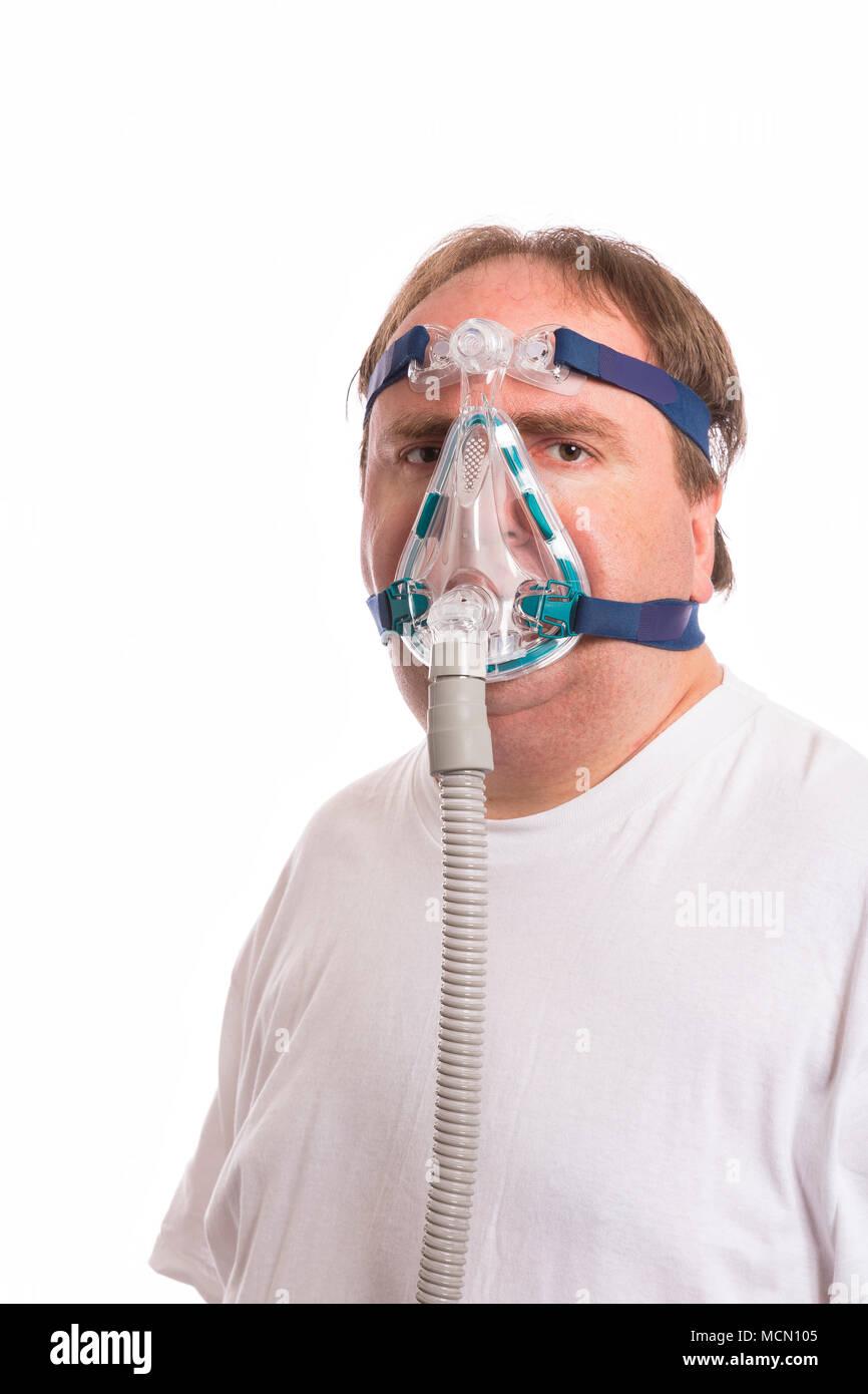 Uomo che indossa una apnea nel sonno Mask Immagini Stock