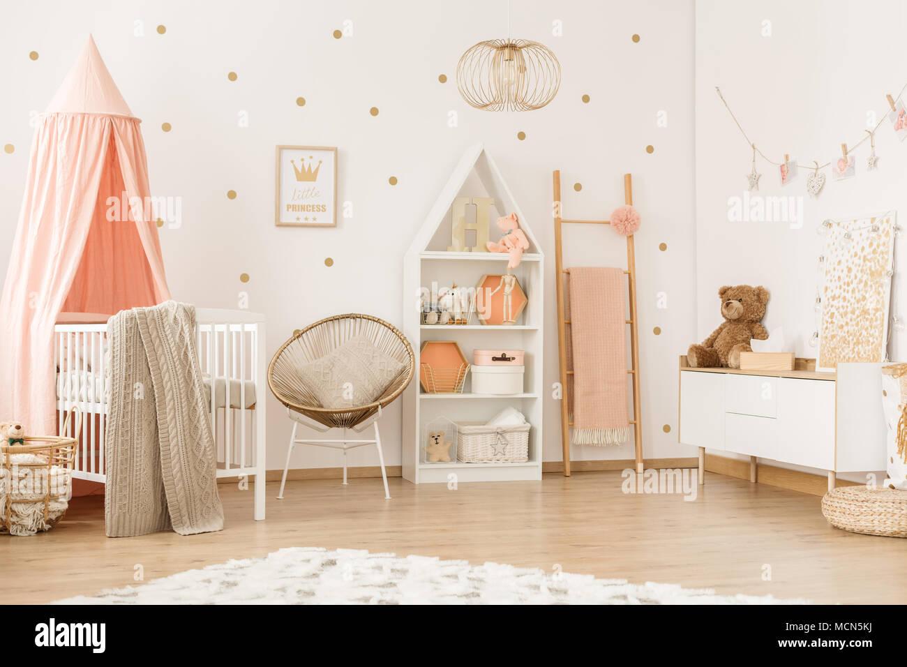 Poltrona in oro e la scaletta in pastello girly interiore camera da ...