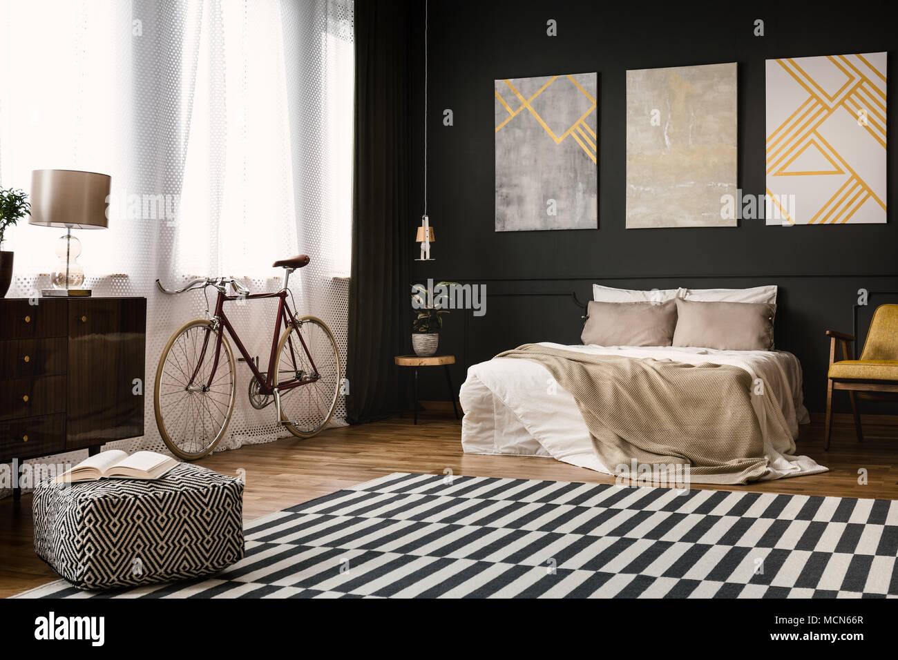 Vintage interno camera da letto con letto matrimoniale, bike ...