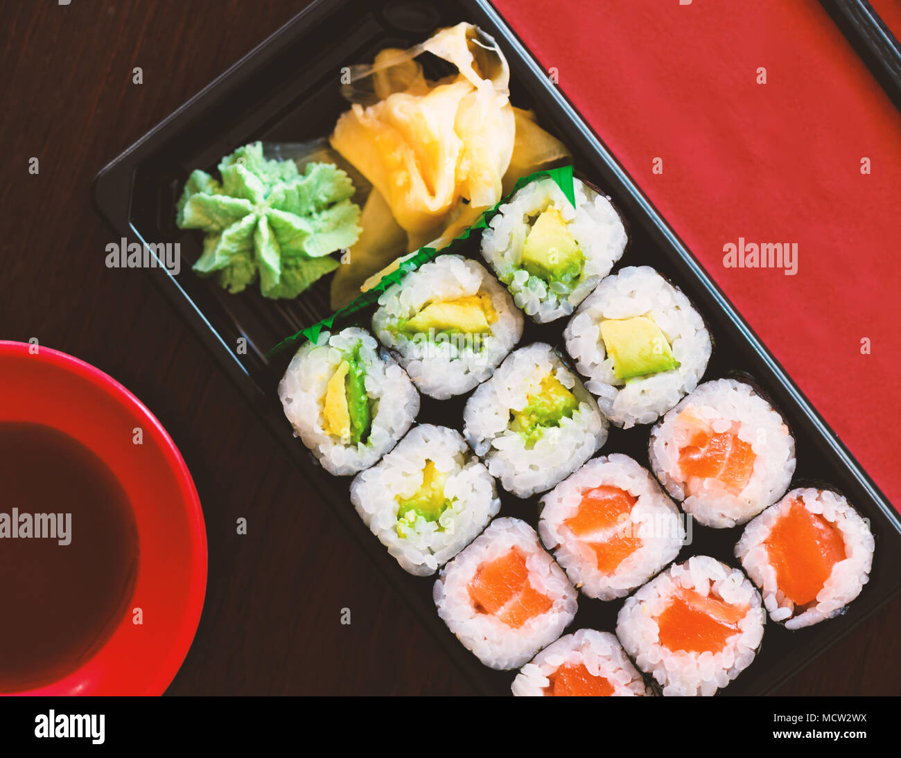 Sushi Take Away Box con Maki e Calofornia ha rotoli e nigiri withSalmon e tonno. Servito in una scatola da asporto con zenzero e Wasabi. Set di sushi Immagini Stock