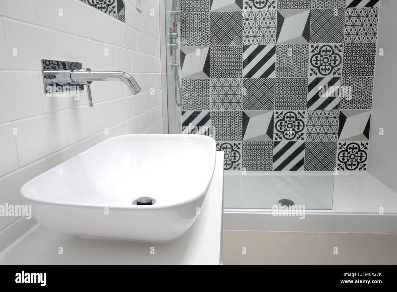 Stanza da bagno suite bianca con monocromatico patchwork le