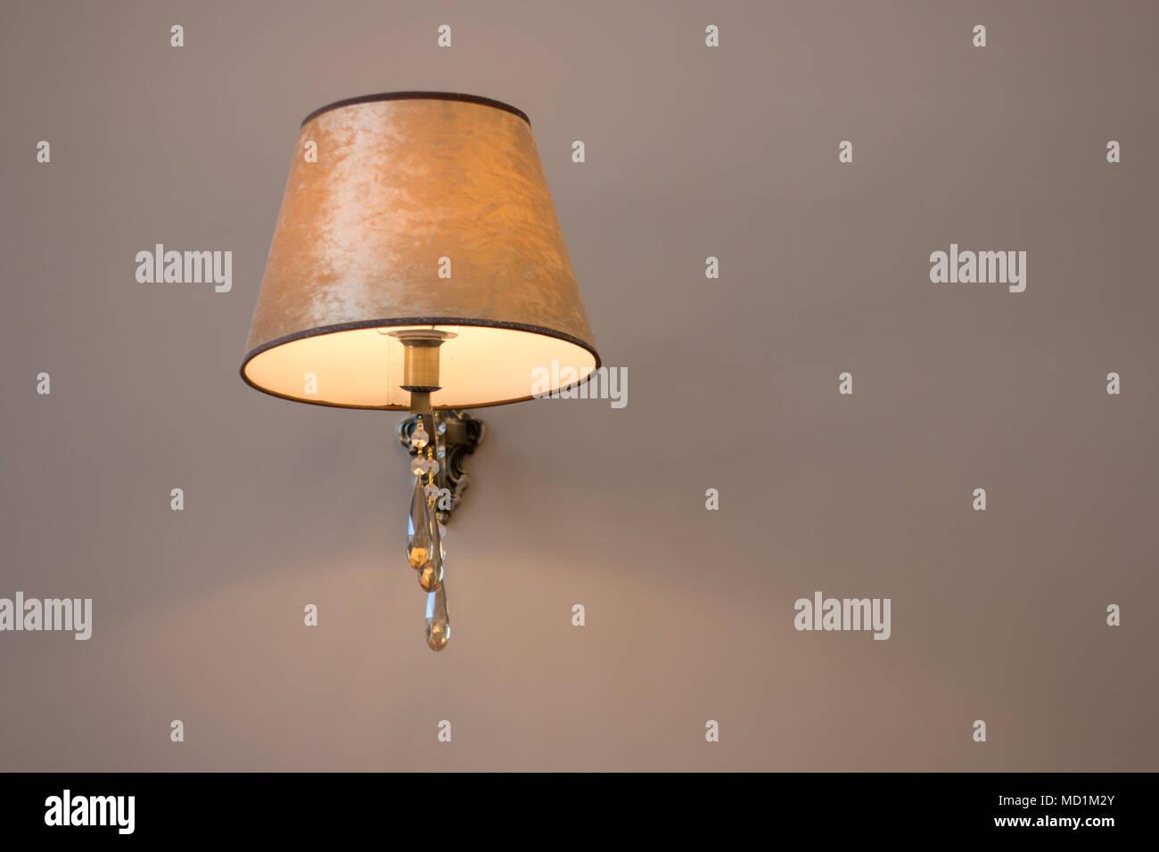 Lampada Vintage Da Parete : Il vintage lampada da parete sono appesi al muro. spazio vuoto per