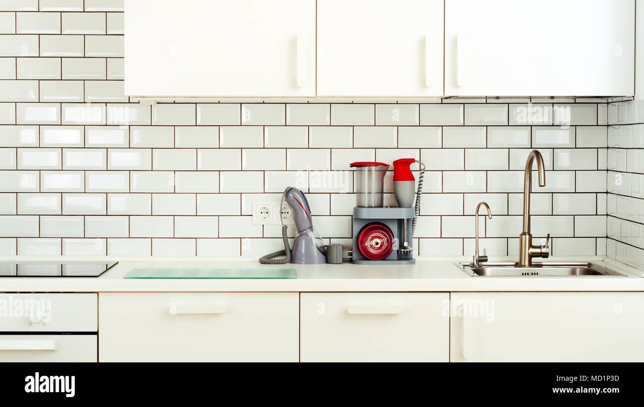 Bianco cucina minimalista interni e design. Parete piastrelle sfondo ...