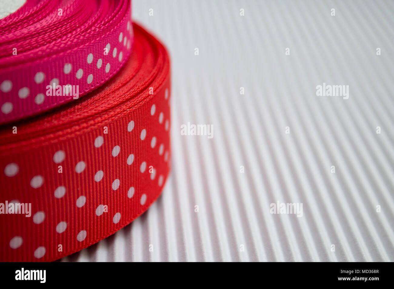 Rosso E Pois Rosa Nastri Su Cartoncino Bianco Dello Sfondo Primo