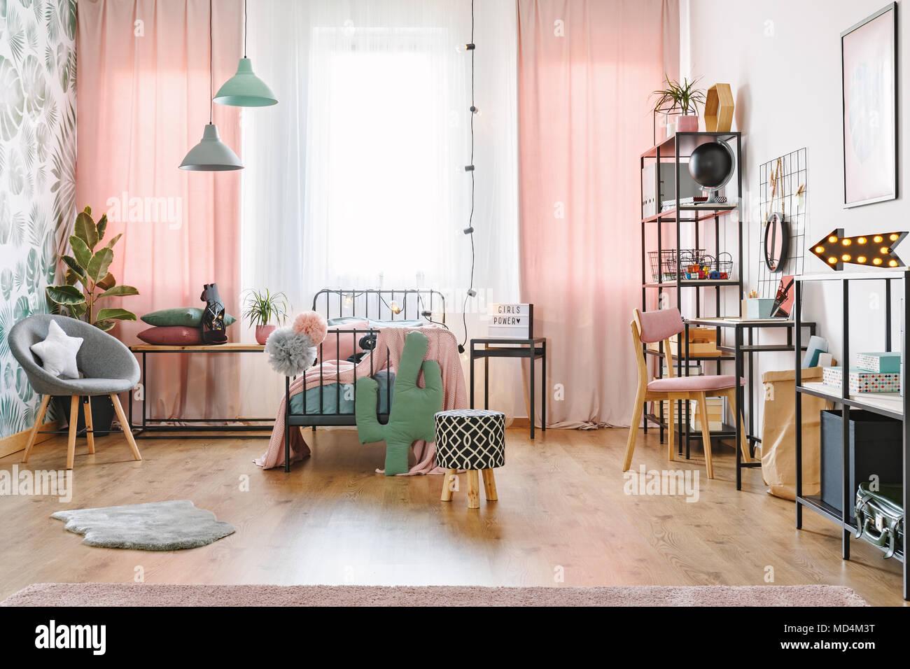 Stanza Da Letto Ragazza : Metallo nero letto con due pompon in piedi in accogliente camera