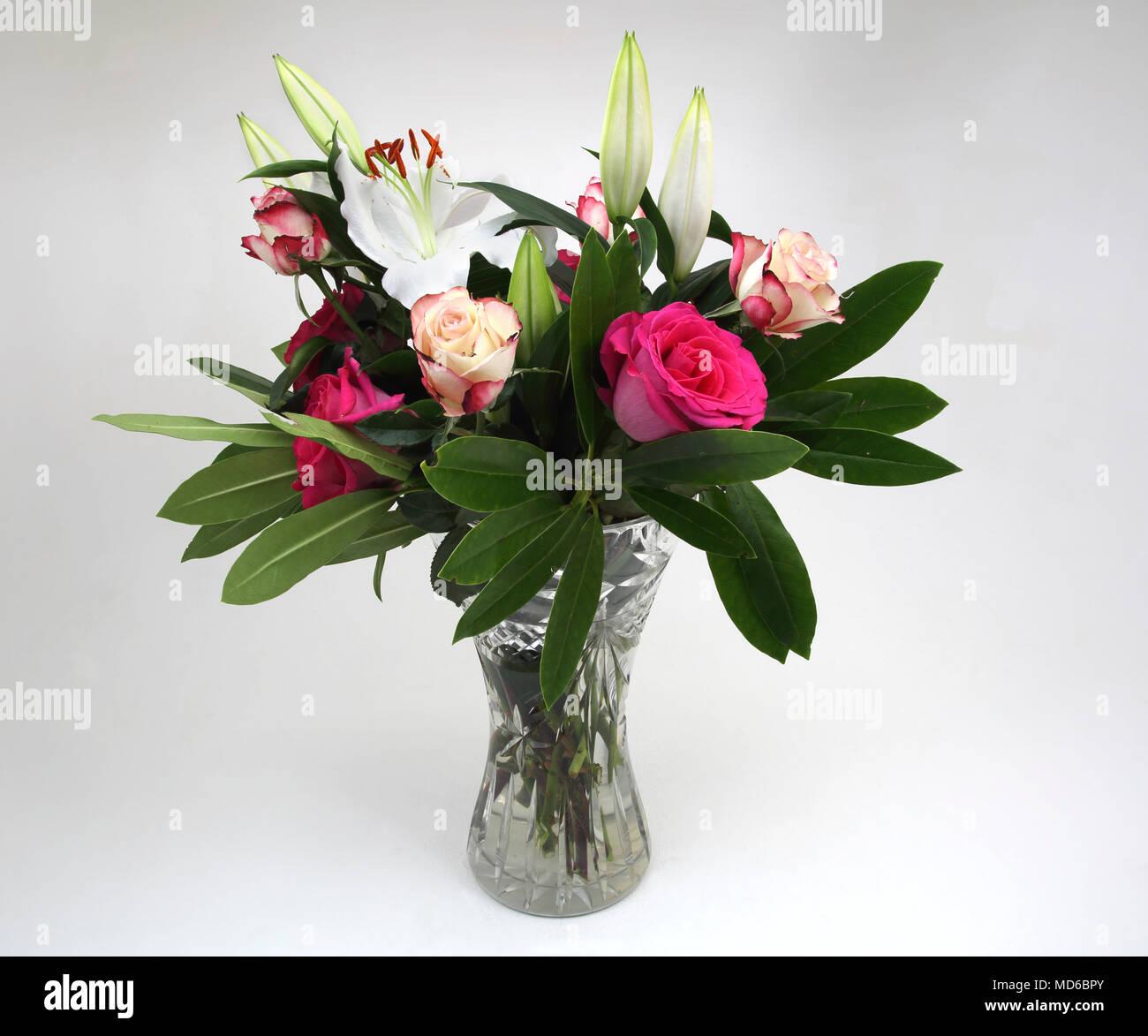 Mazzo Di Fiori In Vaso.Mazzo Di Fiori Di Rose E Gigli In Vetro Cristallo Vaso Foto