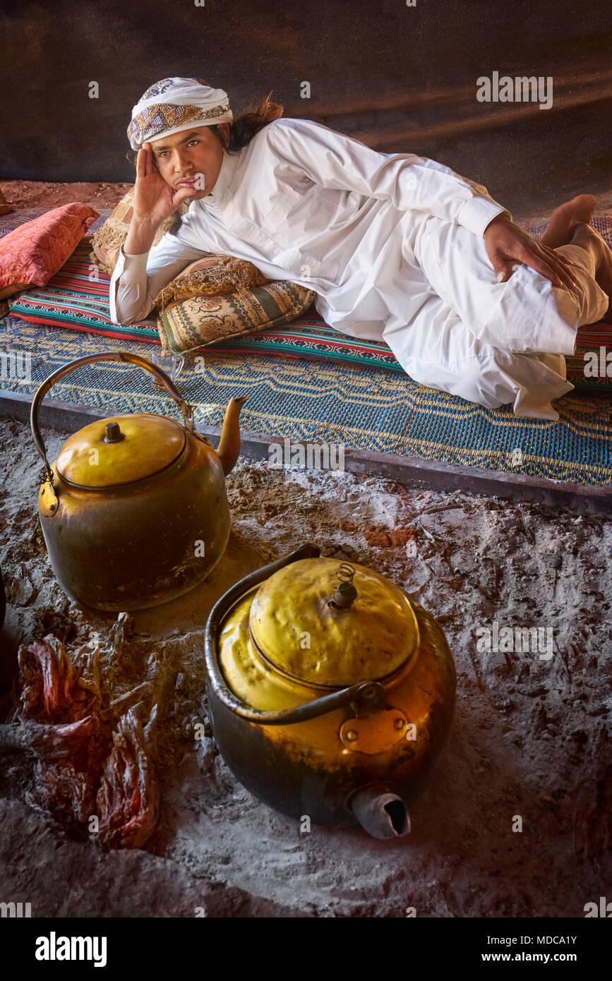 Ritratto di giovane beduino, Wadi Rum, Giordania Immagini Stock