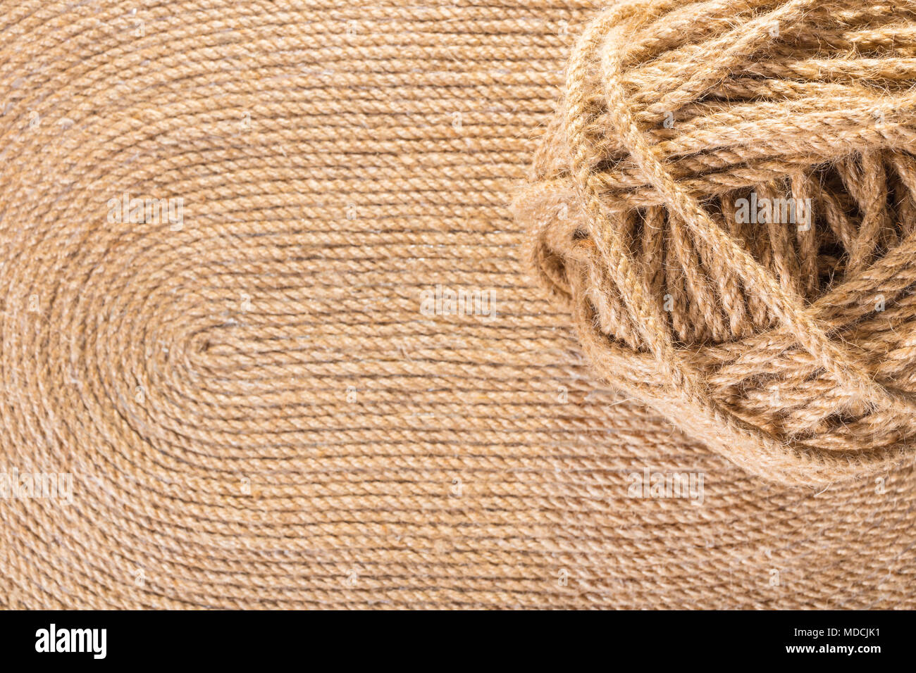 Groviglio di corda di close-up sulla tessitura dei tappeti fatti a ...