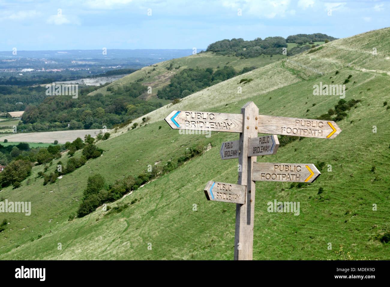 Un nuovo(ish) segno posto sulla South Downs che indica sentieri pubblici e bridleways ramificazione fuori in sei direzioni, sulla collina Fulking vicino a Brighton. Foto Stock
