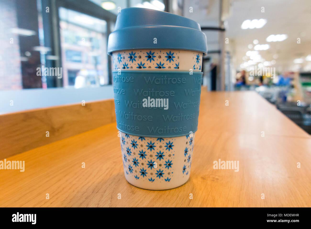 Riutilizzabili / re utilizzabile supermarket Waitrose coffeecup / tazza da tè / tazzina per asporto take away caffè, tè ecc ( gratuito per i titolari di Waitrosecard ) (96) Immagini Stock