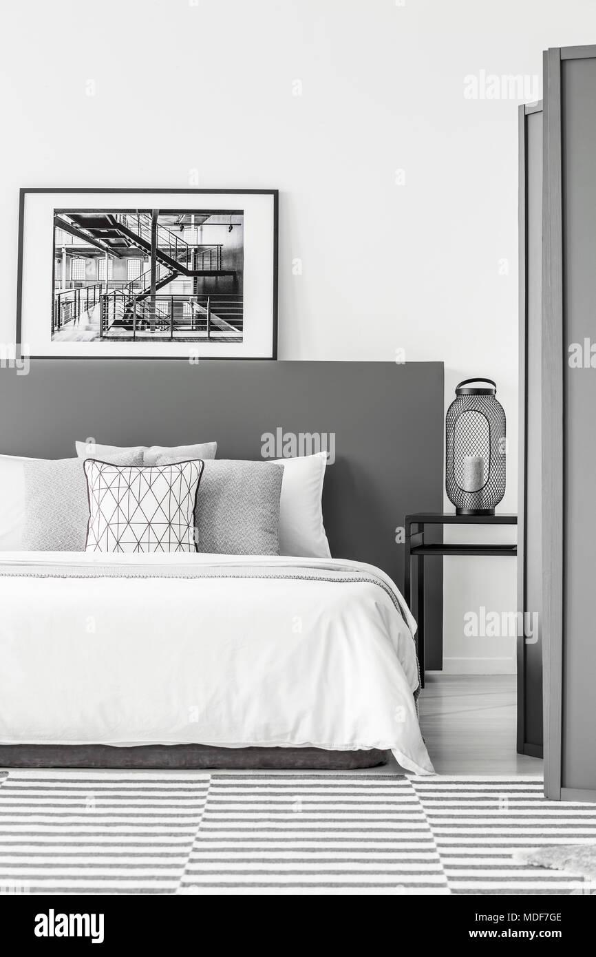 In bianco e nero poster sulla testata del letto in camera da letto semplice interno con la - Poster camera da letto ...