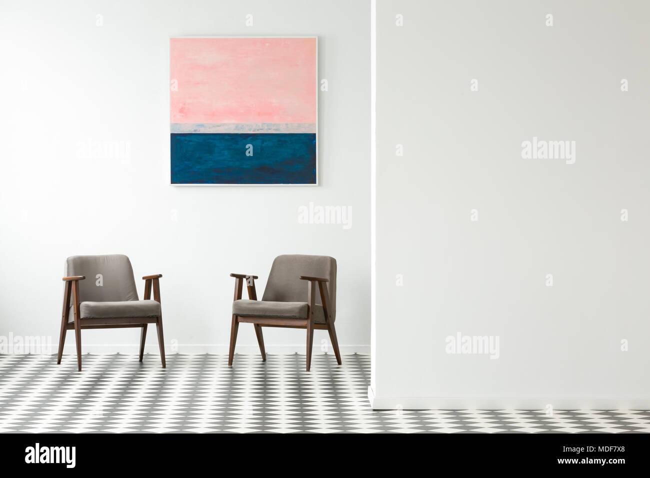 Pavimento Bianco Grigio : Verniciatura pastello sul muro bianco grigio sopra poltrone in