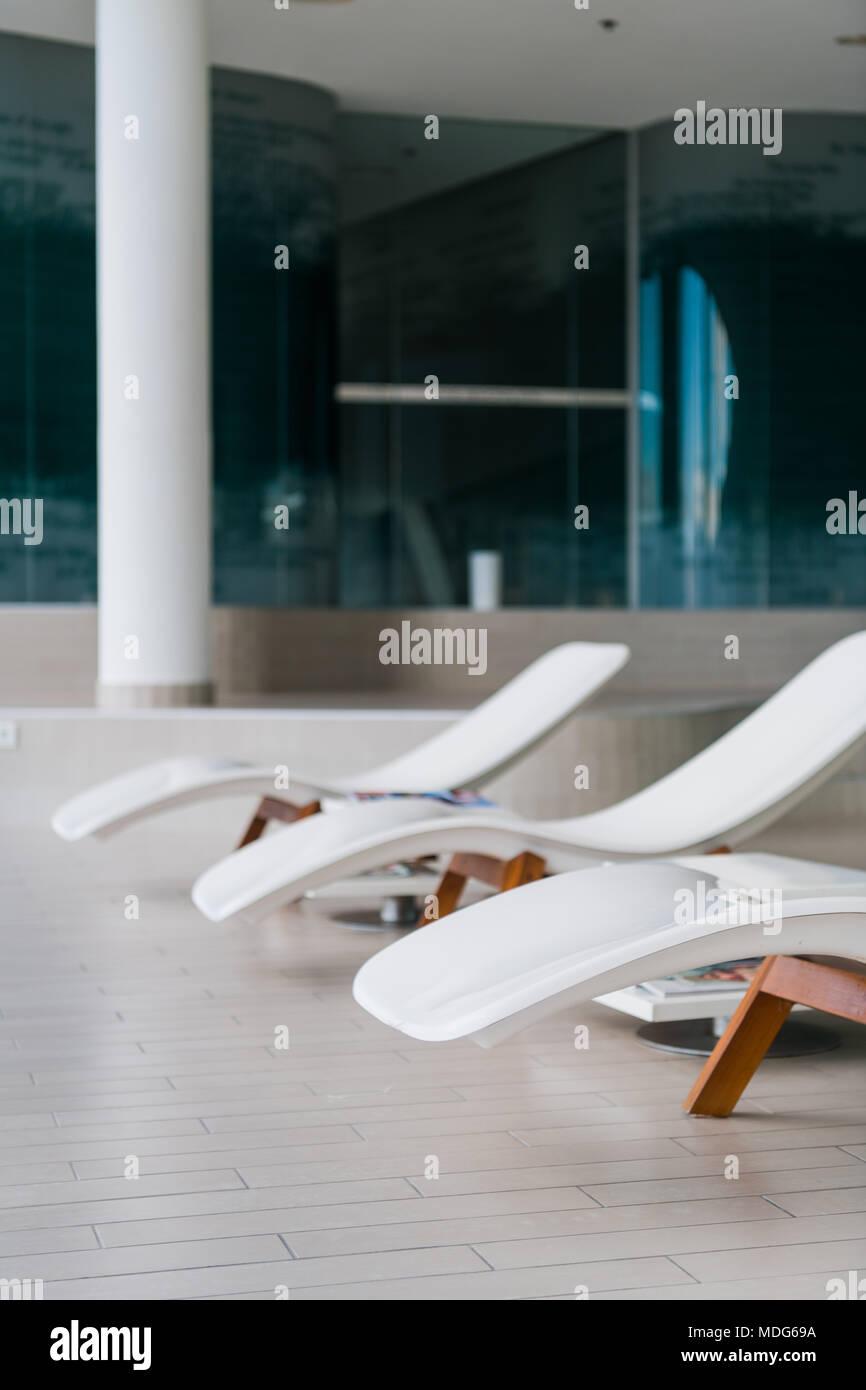 Sedie A Sdraio Per Interni.Moderne Sedie A Sdraio Presso Hotel Di Lusso Piscina Privata Per