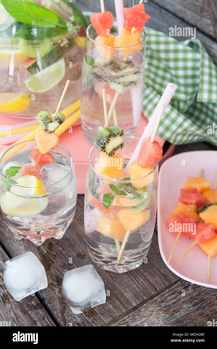 Ghiaccio freddo bevanda scintillanti con frutta fresca Immagini Stock