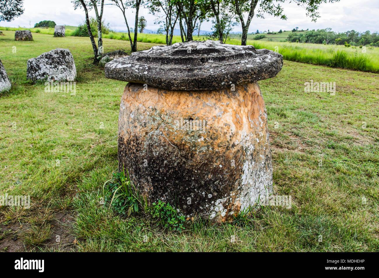 Pietra megalitico di vaso con coperchio a sito 1, Piana di vasi; Xiangkhouang, Laos Foto Stock