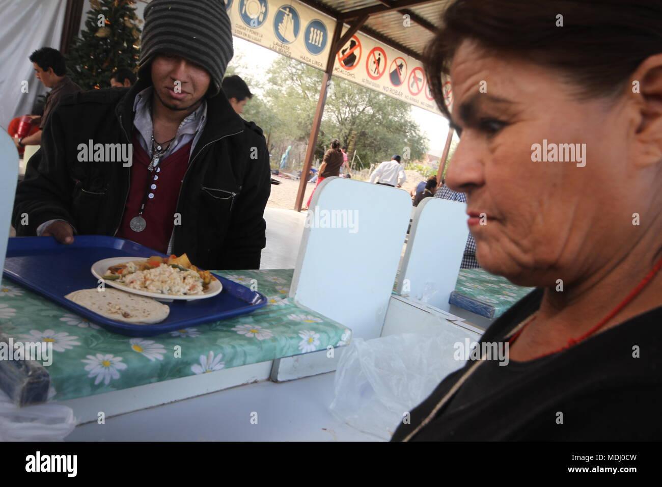 Migrantes Hondureños duranti su paso por Hermosillo con rumbo al Norte se reúnen en onu comedor un punto de medio dÃ-a. .Personale /nortephoto.com,CREDI Foto Stock