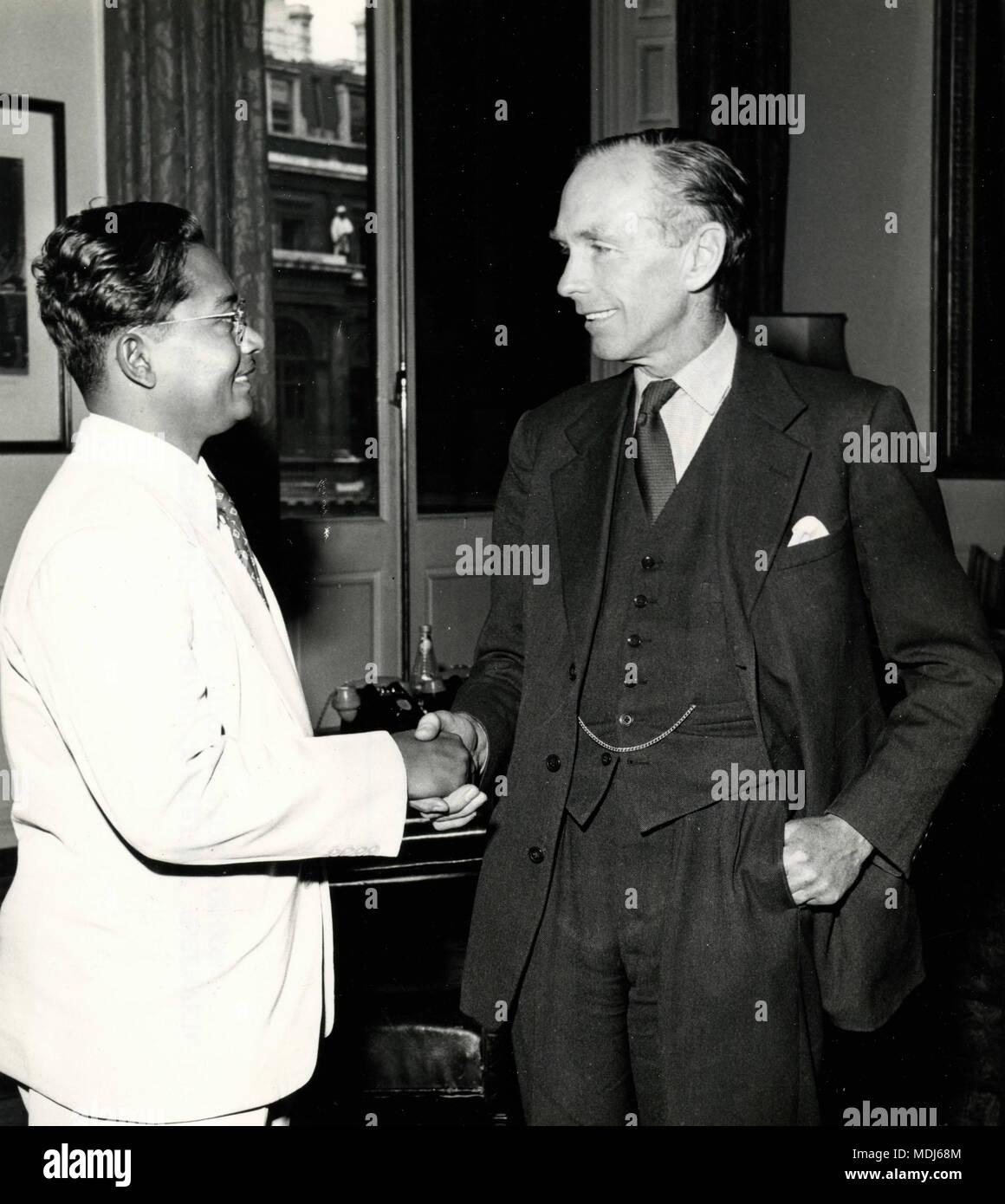 Dr pakistano Mazhar-ul-Islam incontra PM Alec Douglas-Home, Conte di casa al Commonwealth Ufficio Relazioni, London, Regno Unito 1958 Immagini Stock