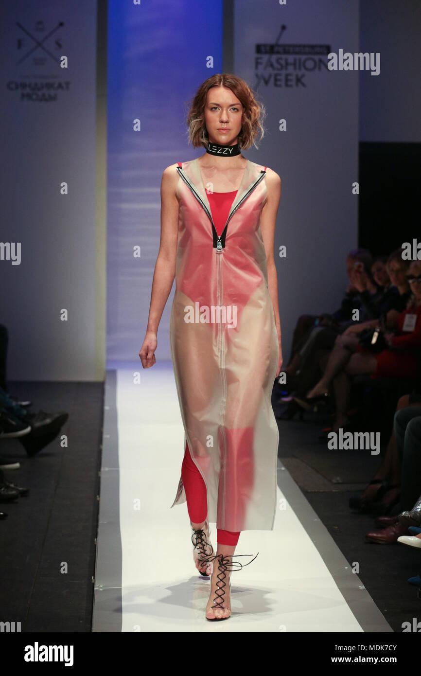 San Pietroburgo. Xix Apr, 2018. Un modello presenta una creazione del designer Alesya Knyazeva durante il Saint Petersburg della settimana della moda Autunno/Inverno 2018/2019 a San Pietroburgo, Russia il 19 aprile 2018. Il Saint Petersburg della settimana della moda Autunno/Inverno 2018/2019 è trattenuto dal 19 aprile al 22 aprile. Credito: Irina Motina/Xinhua/Alamy Live News Foto Stock