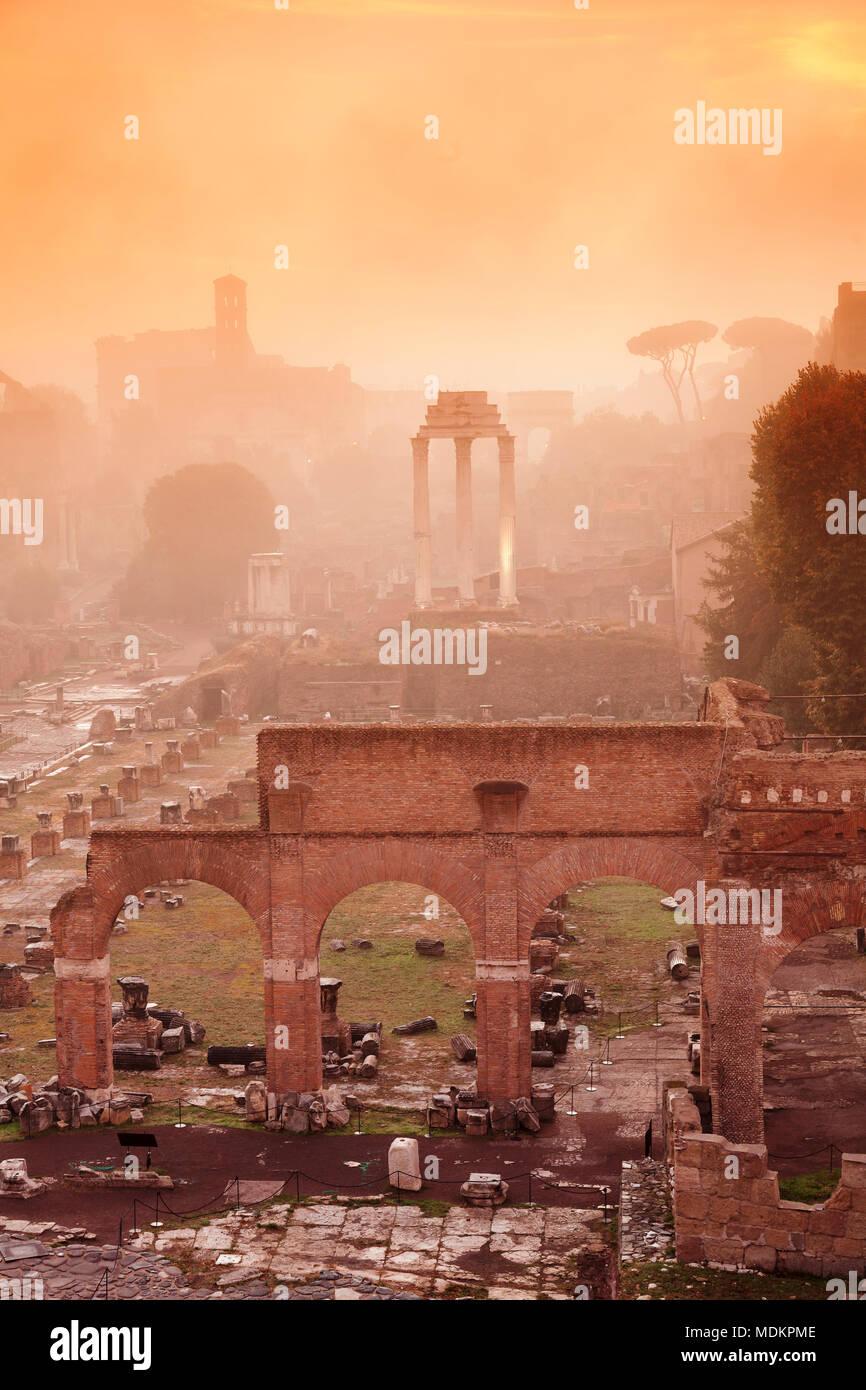 Foro Romano nella nebbia di mattina all'alba, Foro Romano, Roma, lazio, Italy Immagini Stock