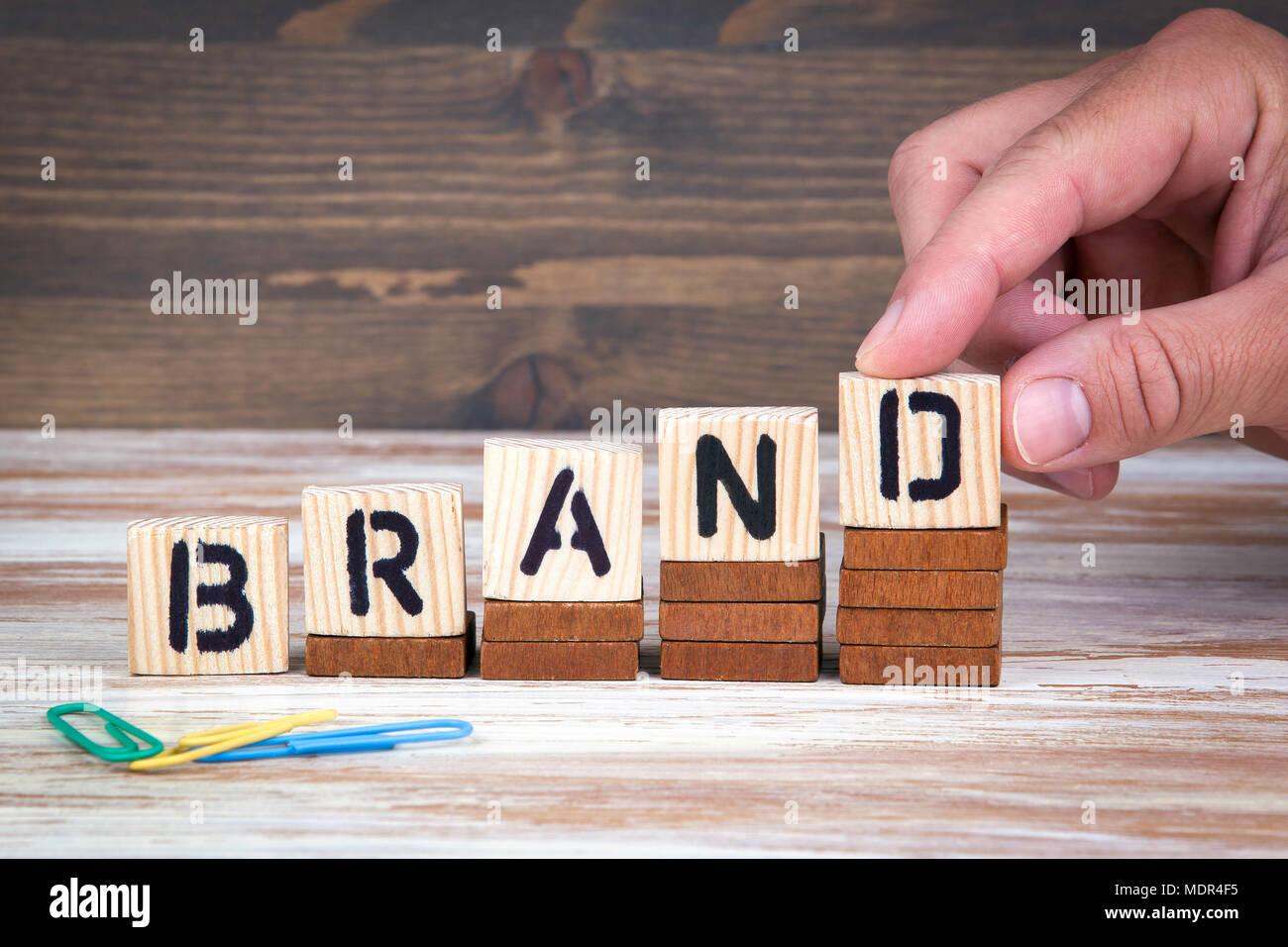 Il concetto di marca. Lettere di legno sulla scrivania in ufficio, informativo e sfondo di comunicazione Immagini Stock