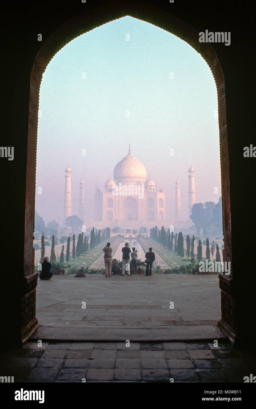 Agra, India; Taj Mahal visto attraverso archway Immagini Stock