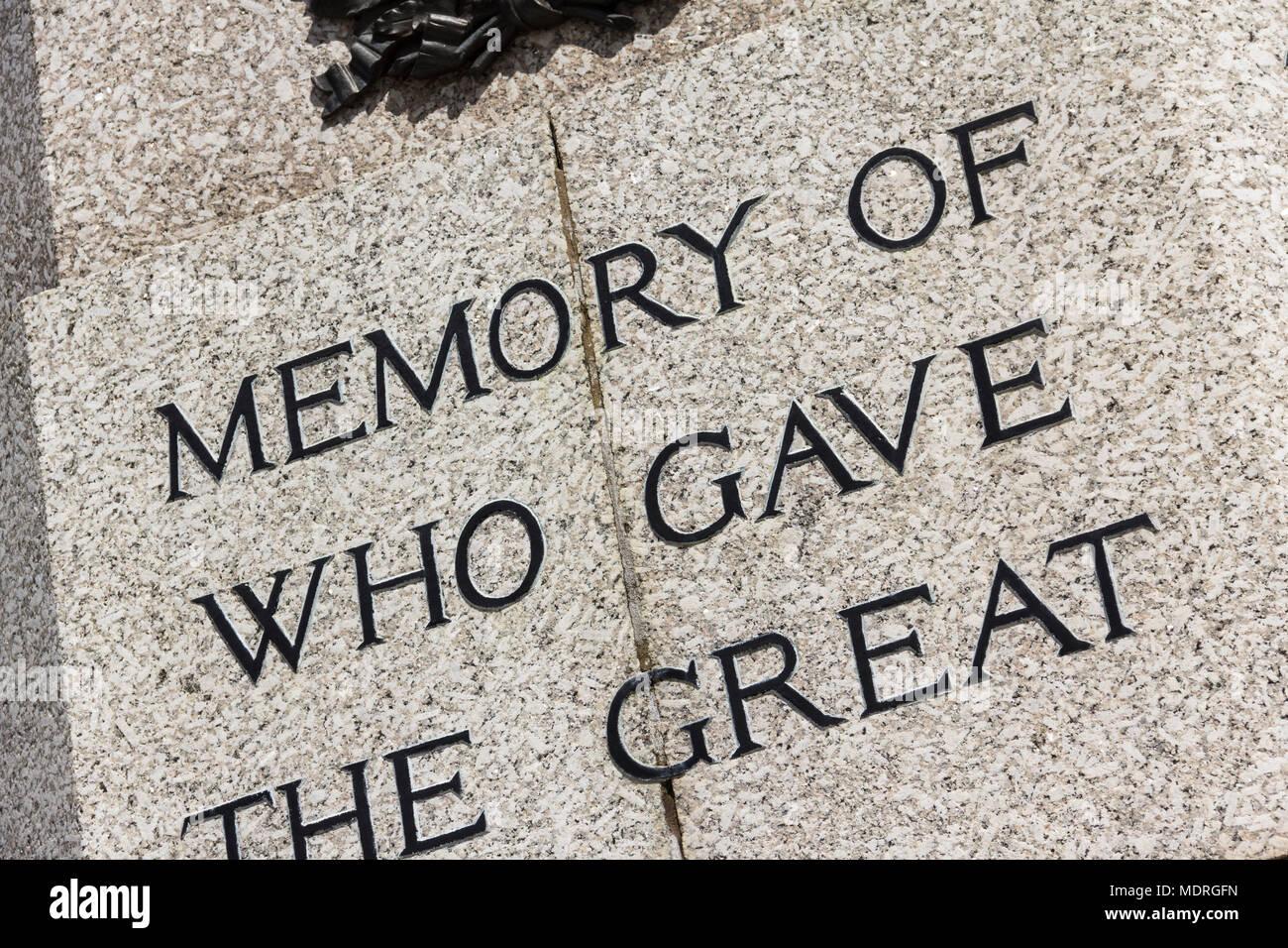 La sezione del testo (memoria, che ha dato grande) incisa sulla Prima Guerra Mondiale memorial a Bury, Greater Manchester. Immagini Stock